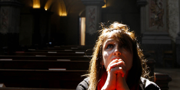 web3-woman-praying-church-ray-light-pascal-deloche-godong